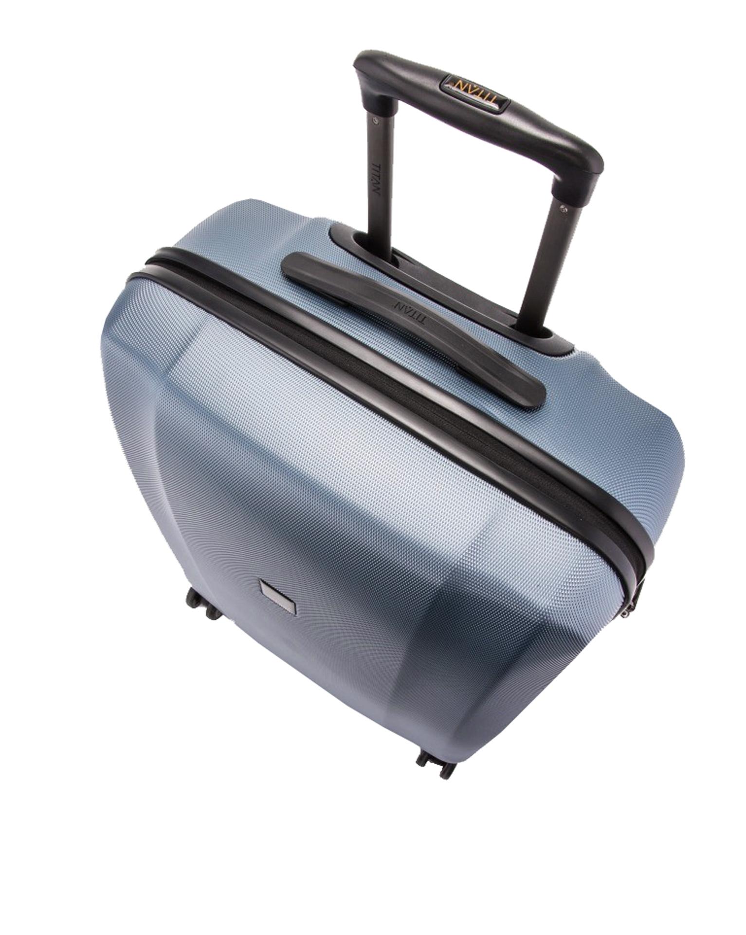 Titan Xenon M Blue Stone Cestovný kufor Xenon je nielen kvalitný a odolný, ale tiež vám bude štýlovým doplnkom na cestách.- hrubá povrchová úprava Shark Skin- povrch je odolný voči poškriabaniu- štyri komfortné dvojkolieska otočné o 360°- integrovaný TSA zámok je vhodný nielen pre cesty do USA- ergonomické silikónové držadlo- hliníková rukoväť s aretáciou- integrovaná deliaca priečka na zips- dve vrecká na zips na deliacej priečke