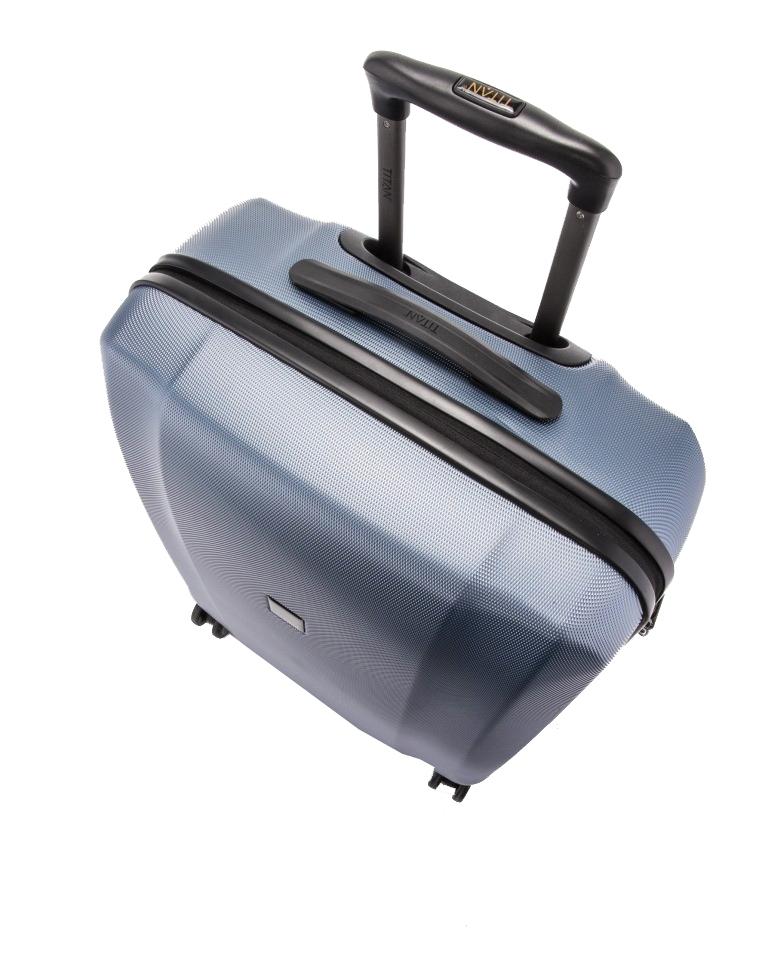 Titan Xenon L Blue Stone Cestovný kufor Xenon je nielen kvalitný a odolný, ale tiež vám bude štýlovým doplnkom na cestách.- hrubá povrchová úprava Shark Skin- povrch je odolný voči poškriabaniu- štyri komfortné dvojkolieska otočné o 360°- integrovaný TSA zámok je vhodný nielen pre cesty do USA- ergonomické silikónové držadlo- hliníková rukoväť s aretáciou- integrovaná deliaca priečka na zips- dve vrecká na zips na deliacej priečke