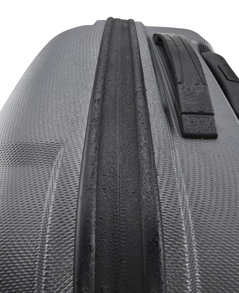 Titan X2 Shark Skin 4w S Gunmetal shark Tento kultový kufor je výborným neformálnym spoločníkom, ktorý vás nesklame ani pri náročnejších cestách po svete.  - hrubá povrchová úprava Shark Skin - povrch je odolný voči poškriabaniu - štyri komfortné kolieska otočné o 360° - integrovaný TSA zámok je vhodný nielen pre cesty do USA - ergonomické držadlo - hliníková rukoväť s aretáciou - integrovaná deliaca priečka na zips - dve vrecká na zips na deliacej priečke - veľmi odolný pružný materiál zaručuje, že škrupina sa skôr prehne, než aby praskla - kufor tejto veľkosti je väčšinou leteckých spoločností akceptovaný ako palubná batožina