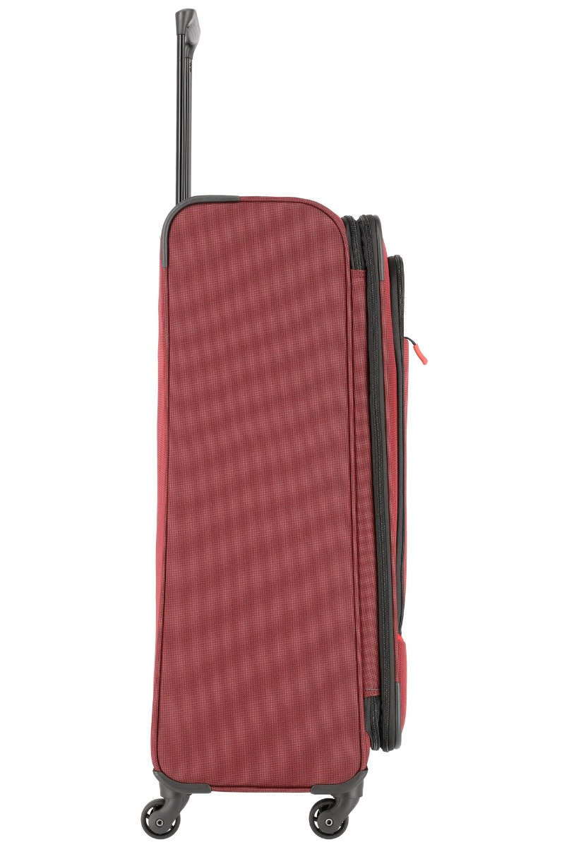 Travelite Derby 4w L Red Kvalitný, moderne spracovaný a extra ľahký kufor Travelite Derby z odolného materiálu poslúži všetkým dobrodruhom, ktorí často a radi cestujú do vzdialenejších destinácií a nenechajú si ujsť ani víkendové pobyty.  - kvalitné komfortné kolieska otočné o 360° - odľahčená kovová rukoväť s aretáciou a plastovým úchytom - integrovaný TSA zámok - expandér pre jednoduché navýšenie objemu u veľkostí - samostatná vnútorná priehradka na košele - kompresné popruhy uľahčujúce balenie - dve veľké predné vrecká na zips - dve madlá pre lepšiu manipuláciu - spevnené hrany - moderný dizajn a svieže farby