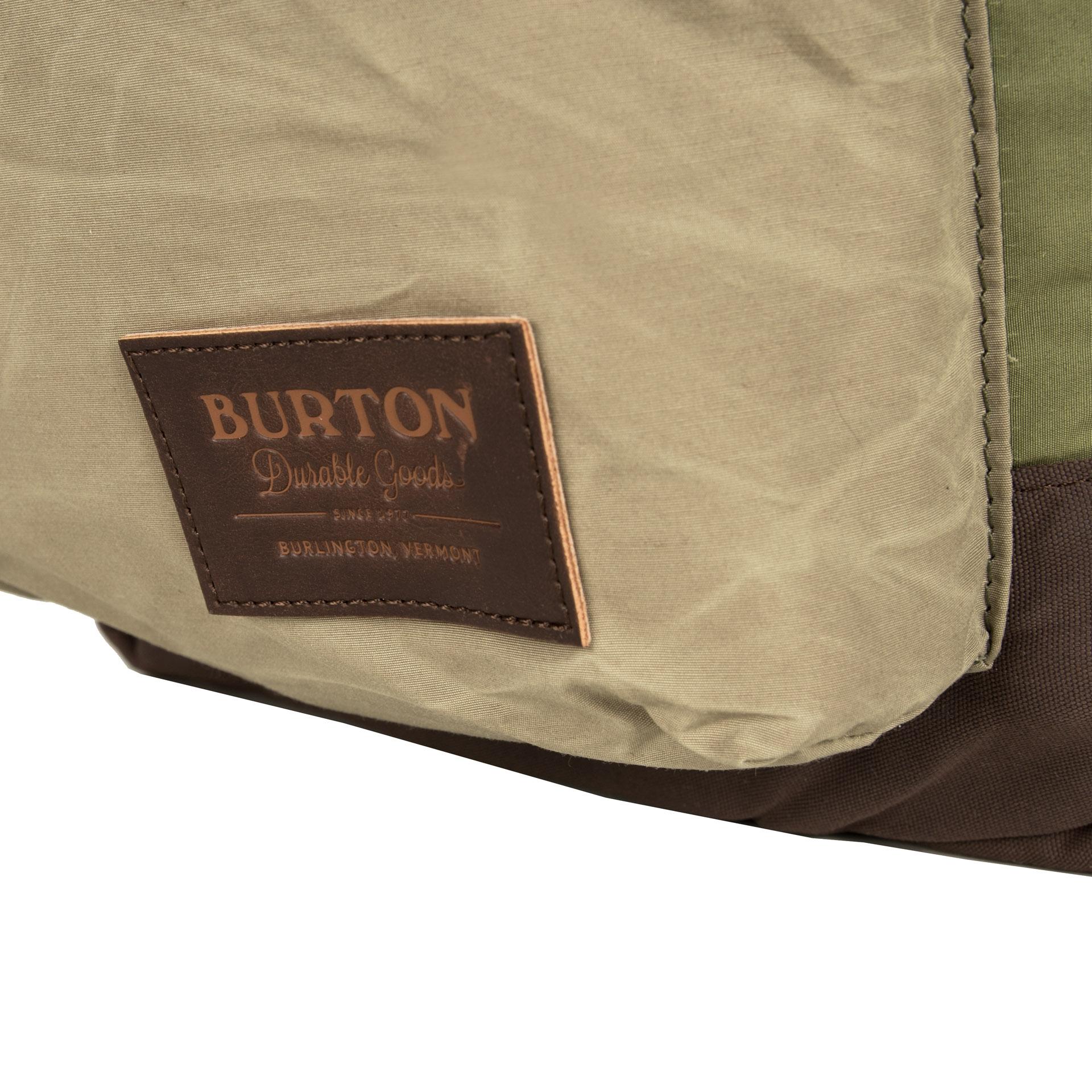 Burton Kettle Pack Clover Aloe Klasický batoh Burton Kettle Pack šitý na mieru všetkým študentom má jednu priestrannú hlavnú komoru, v ktorej nájdete zabudovanú priehradku na notebook.  - hlavná komora so zapínaním na zips krytý lemom - vrecko na notebook vnútri - vonkajšie textilné vrecko na zips na prednej strane - čalúnené a anatomicky tvarované ramenné popruhy - nastaviteľný hrudný popruh - textilné pútko na prenášanie v ruke