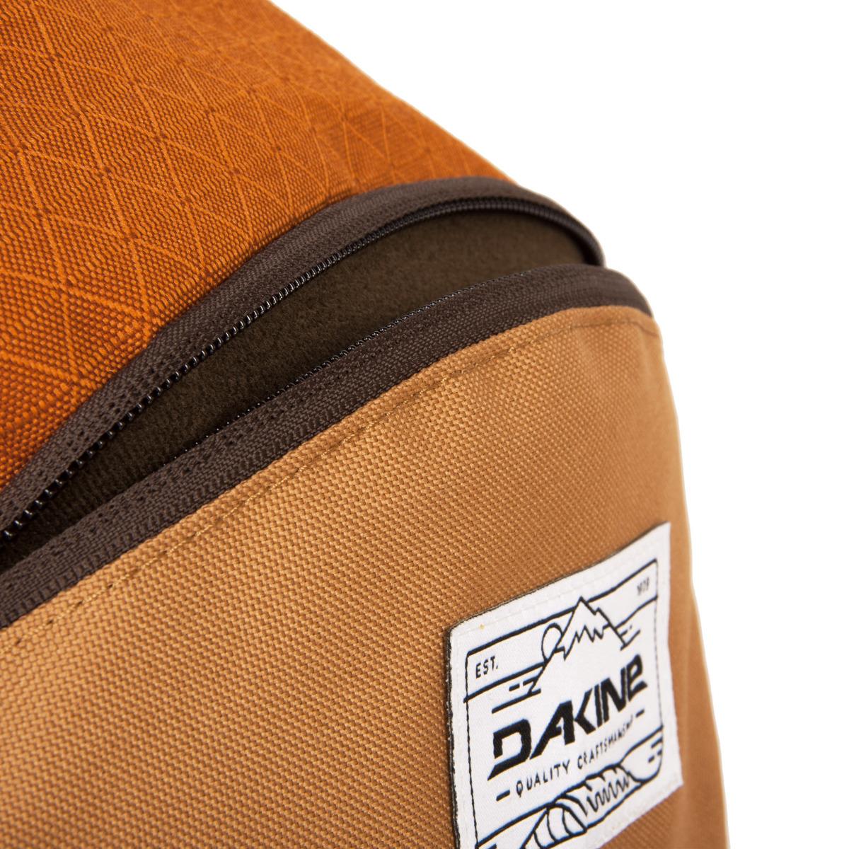 Dakine Campus 33L Copper Obľúbený študentský batoh v nových farbách!  - čalúnené vrecko na notebook - vnútorné chladiace vrecko na prednom paneli batoha - zabudovaný organizér - fleecové vrecko na slnečné okuliare - bočné sieťované vrecká - nastaviteľný hrudný popruh  Materiály: 600D Polyester  600D Polyester Ripstop (Loden) 600D Polyester Heather (Strata)  600D Recycled PET (Verde)