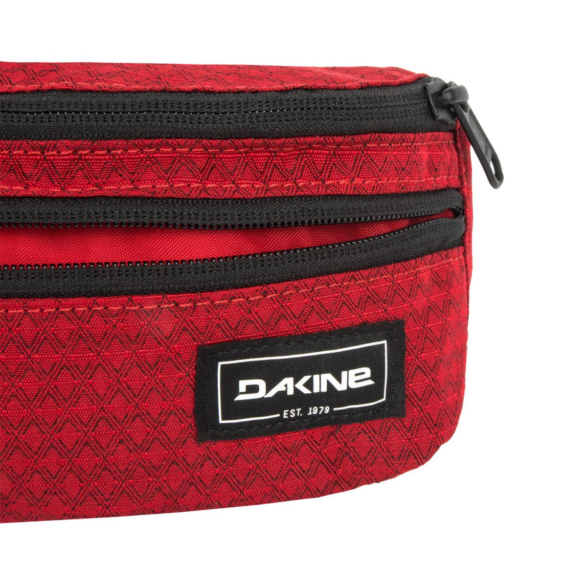 Dakine Classic Hip Pack Crimson Red Dakine Classic Hip Pack je moderní ledvinka se dvěma kapsami na zip.  hlavní kapsa na zip úzká přední kapsa se zipem nastavitelný bederní pás s přezkou