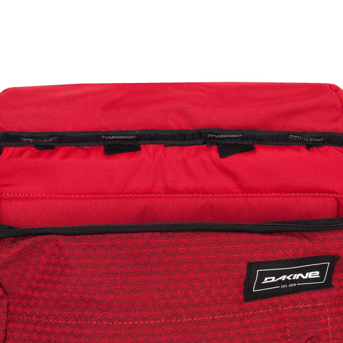 Dakine Concourse 25L Crimson Red.  čalúnený oddiel na notebook s veľkosťou 17