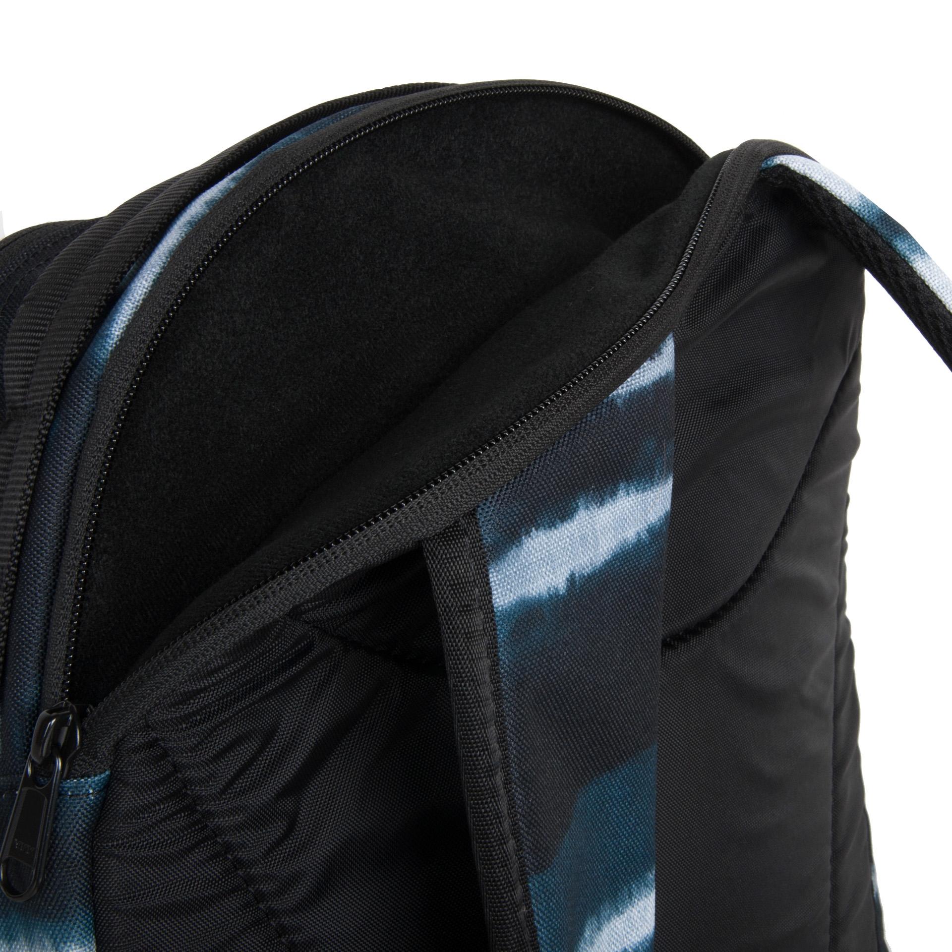 Dakine Mission 25L Resin stripe Dakine Mission 25L je víceúčelový batoh, který nabízí spoustu vychytávek.  - vertikální úchyty na snowboard nebo skateboard - prostorná hlavní kapsa na zip - vyztužená kapsa na notebook až 15