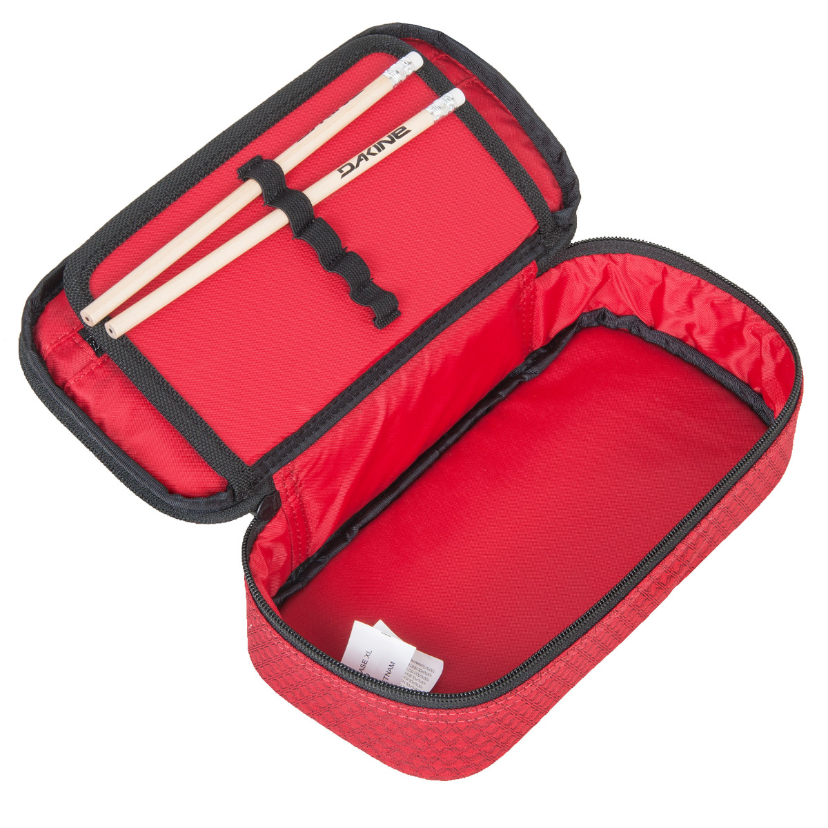 Dakine School Case XL Crimson Red Či už potrebujete peračník do školy, alebo len praktické puzdro na všetky vaše drobnosti, iste vám poslúži jednoduchý, ale priestorný peračník Dakine School Case XL.  zapínanie na zips vnútorné vrecko na zips vnútorné sieťované vrecko so zipsom samostatná chlopňa s organizérom na písacie potreby súčasťou puzdra sú ceruzky a samolepky s logom Dakine