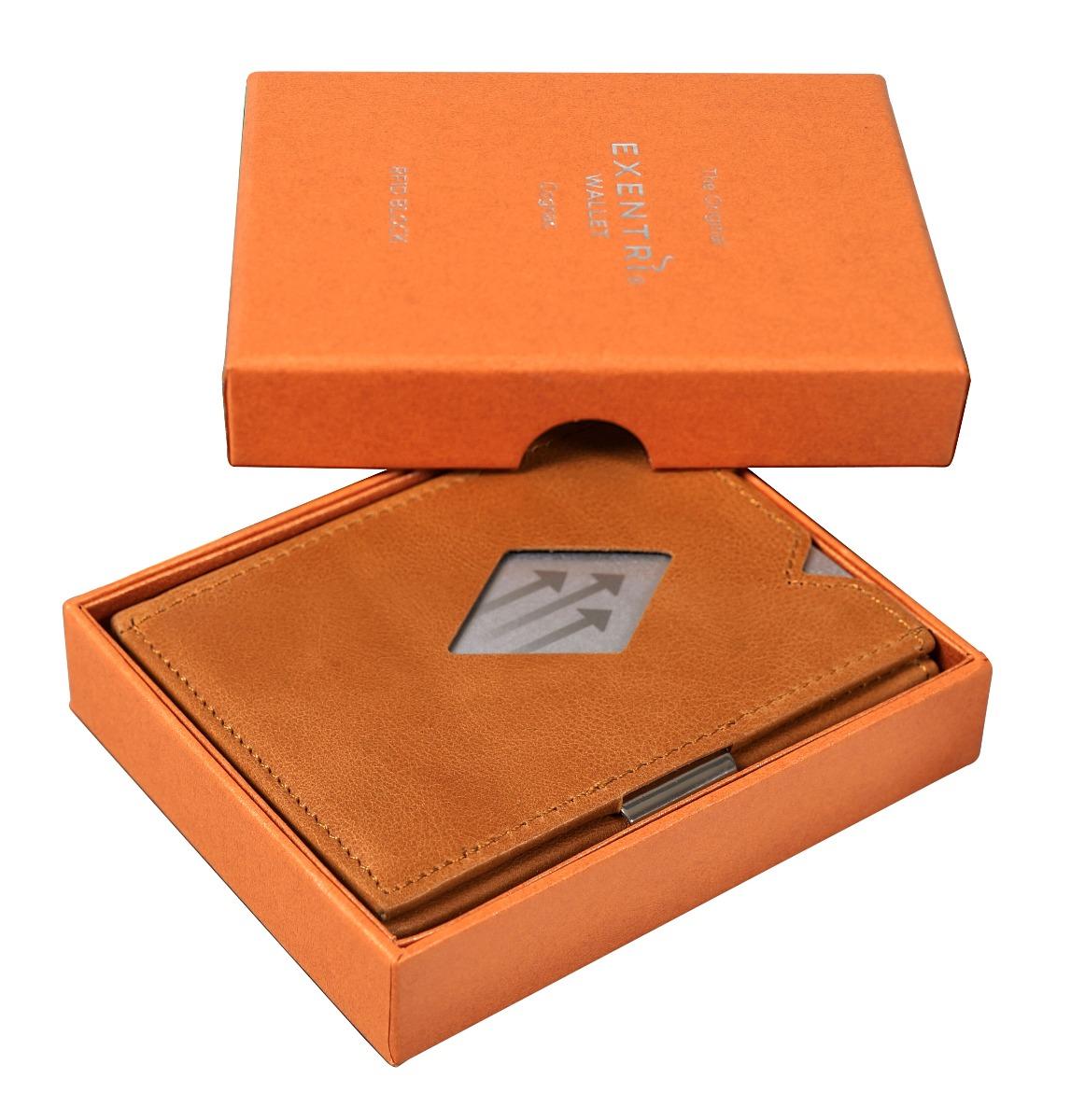 Exentri Cognac Nadčasový vzhled, jednoduché, ale funkční provedení a kvalitní materiál – to vše charakterizuje moderní peněženku Exentri.  šest přihrádek na platební a jiné karty na obou stranách peněženky kapsička sokénkem dostatečný prostor i na velké bankovky proužek na přichycení jízdenky či fotografie RFiD ochrana proti krádeži osobních údajů díky malým rozměrům se snadno vejde i do kapsy vyrobeno zpravé kůže