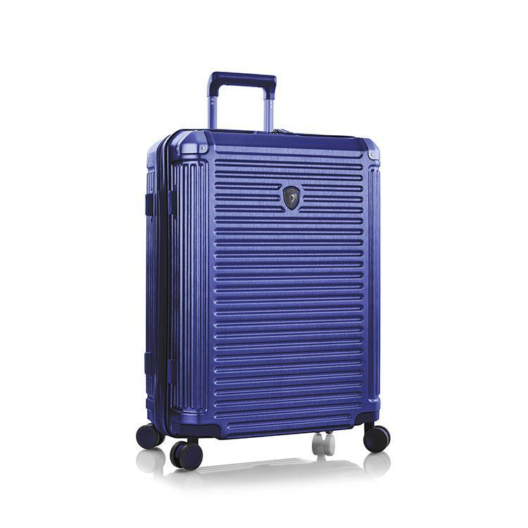 Heys Edge M Cobalt Blue.  štyri dvojkolieska otočné o 360° ľahká výsuvná rukoväť z hliníka s aretáciou na držadle vnorený TSA zámok pre bezproblémové cestovanie medzi kontinentami expandér pre navýšenie objemu o 20 % ochranné kovové krytky na rohoch textilná deliaca priečka s dvoma sieťovanými vreckami na zips kompresné popruhy pre fixáciu nákladu vnútorné vrecko na zips pevné držadlo s gélovou výstelkou na hornej a bočnej strane textilná podšívka povrch pripomínajúci brúsený kov predĺžená päťročná záruka