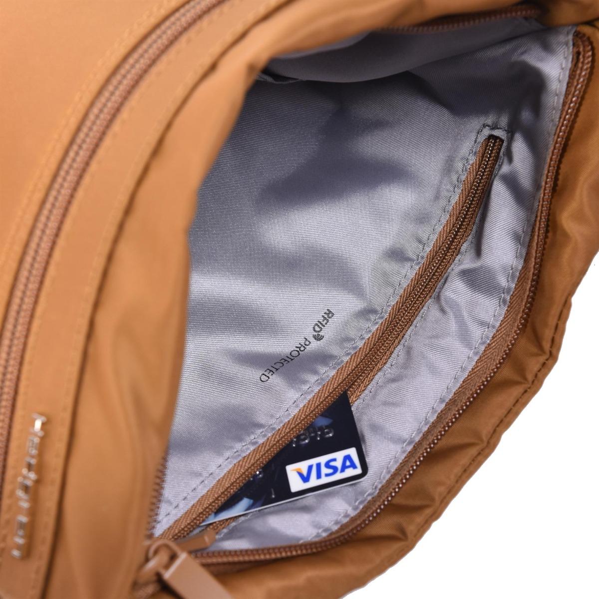 Hedgren Faith RFID Bronze.    RFID ochranná látka proti krádeži osobných údajov  hlavné vrecko na zips s bezpečnostným háčikom  nastaviteľný ramenný popruh  integrovaný organizér  tri vonkajšie vrecká na zips  farebne zladené detaily  vodoodpudivý a prachuvzdorný materiál