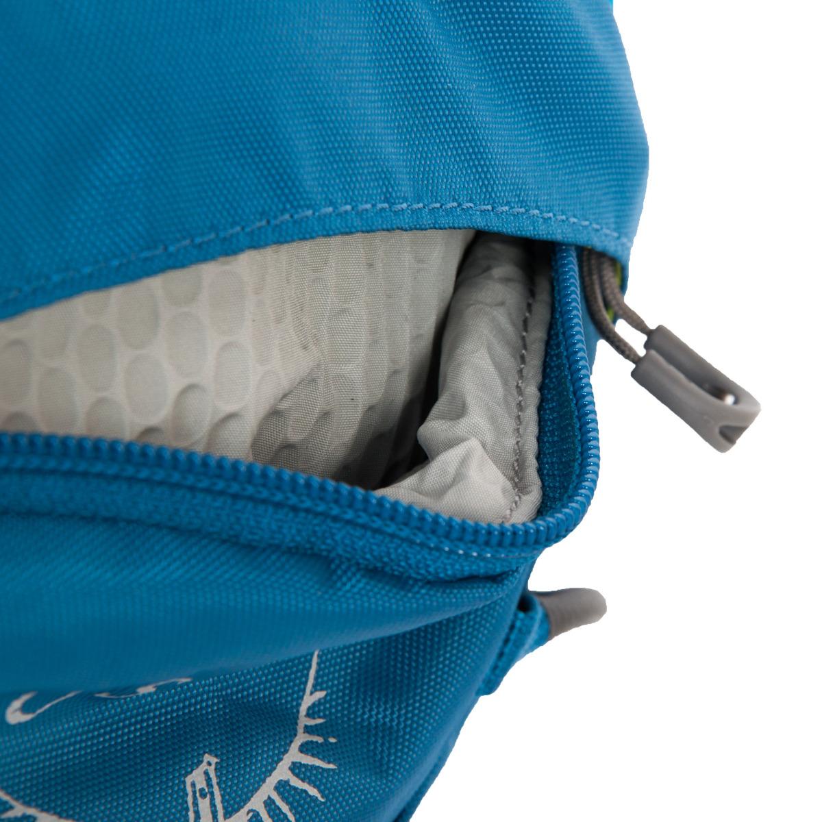 Osprey Axis 18 II Boreal Blue Praktický spoločník na každodennú cestu do práce alebo na krátky výlet je vhodný pre každého, kto hľadá jednoduchý, široko využiteľný batoh.  - predný sťahovací systém vhodný na umiestnenie bundy či prilby - predné vrecko s organizérom - vnútorný oddiel na dokumenty - vnútri klip na kľúče - pútko na prichytenie LED svetla - čalúnené vrecko na notebook či tablet - reflexné prvky - hrudný popruh s núdzovou píšťalkou - malé čalúnené vrecko na okuliare či elektroniku - bočné vrecká na zips