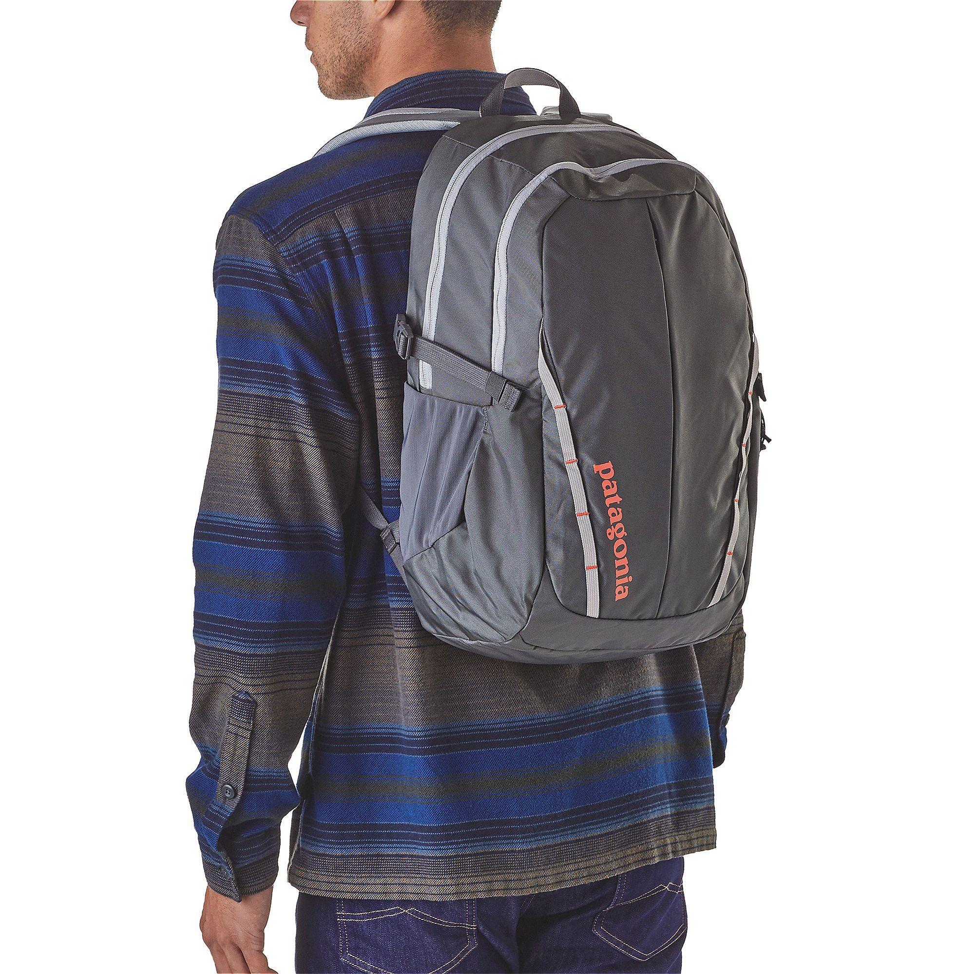Patagonia Refugio Pack 28 l Forge Grey Refugio je klasický batoh strednej veľkosti ideálny pre každodenné cestovanie.