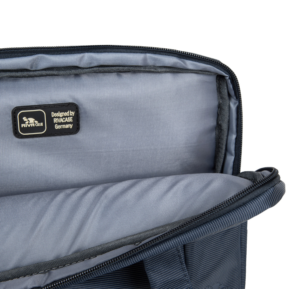 Riva Case 8211 taška Tmavomodrá Štíhla taška Riva Case 8211 je ideálnym spoločníkom na pracovné jednania aj na cesty.