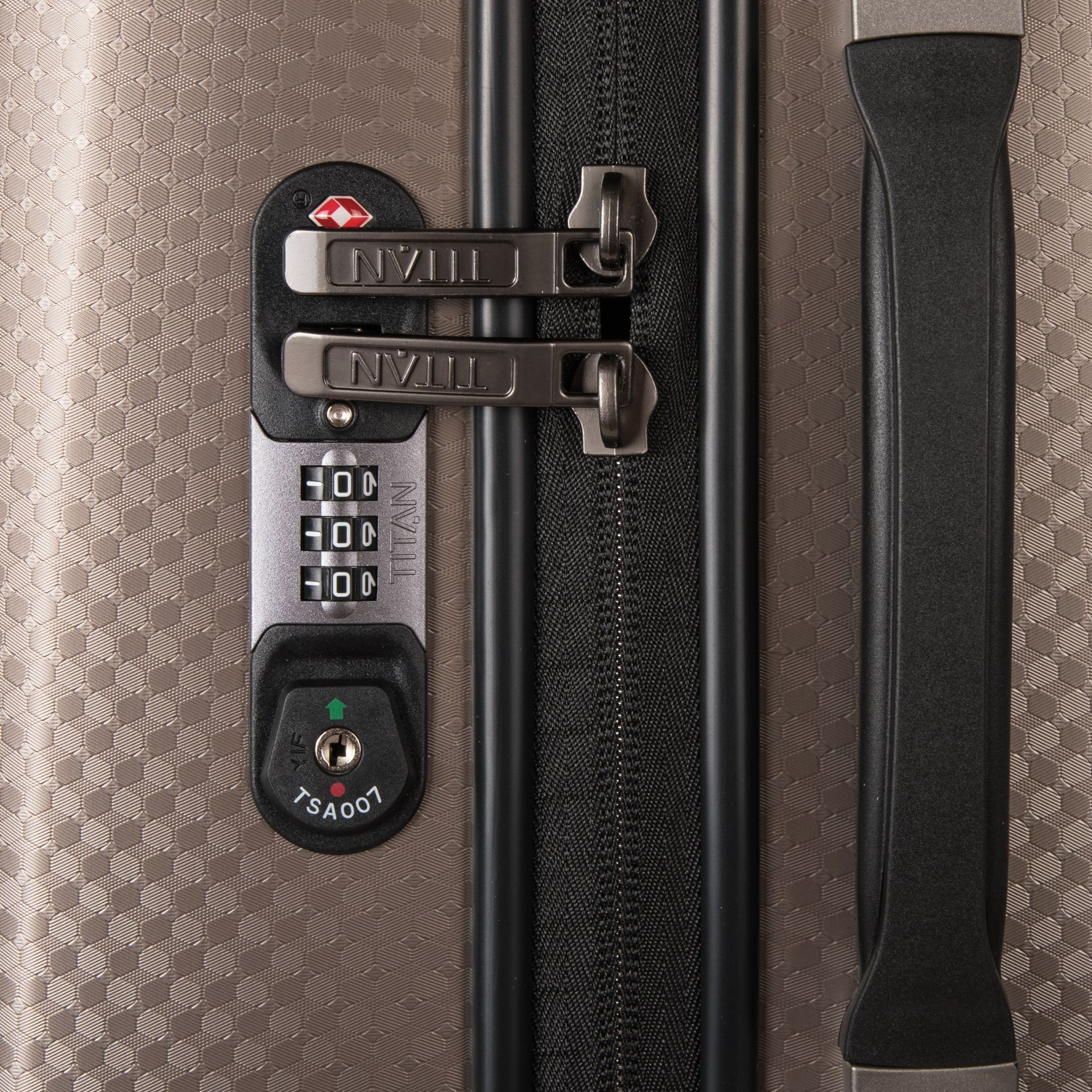 Titan Xenon Deluxe M Champagne S inovatívnym kufrom Titan Xenon Deluxe sa budete aj pri náročných cestách cítiť ako v bavlnke.