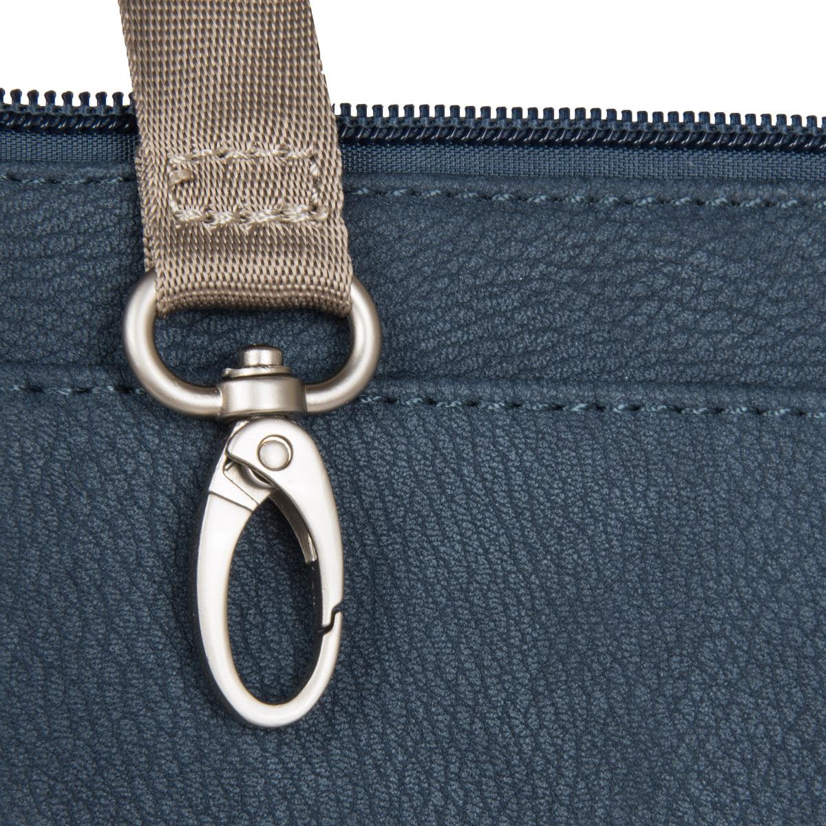 Zwei Mademoiselle MT13 Nubuk Blue Taška Zwei Mademoiselle MT13 se hodí na každodenní cesty do práce, školy nebo i do kina.  zadní kapsa na zip klopa s magnetickou přezkou zavírání na zip vnitřní polstrovaná kapsa kapsa na telefon poutko na klíče nastavitelný ramenní popruh  Údržba Koženka, ze které je brašna vyrobena, se obvykle velmi snadno čistí a je nepromokavá.